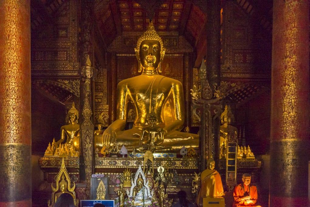 Buddha-Statue im Vihran Phra Put im Wat Phrathat Lampang Luang