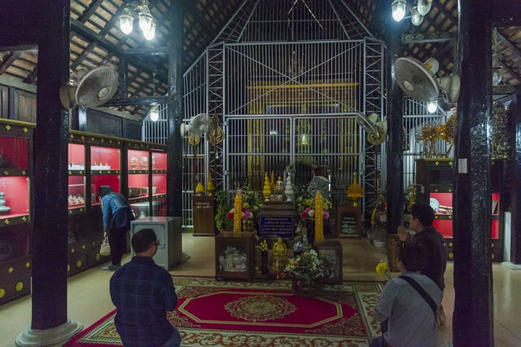 Buddha-Figur hinter Gitter