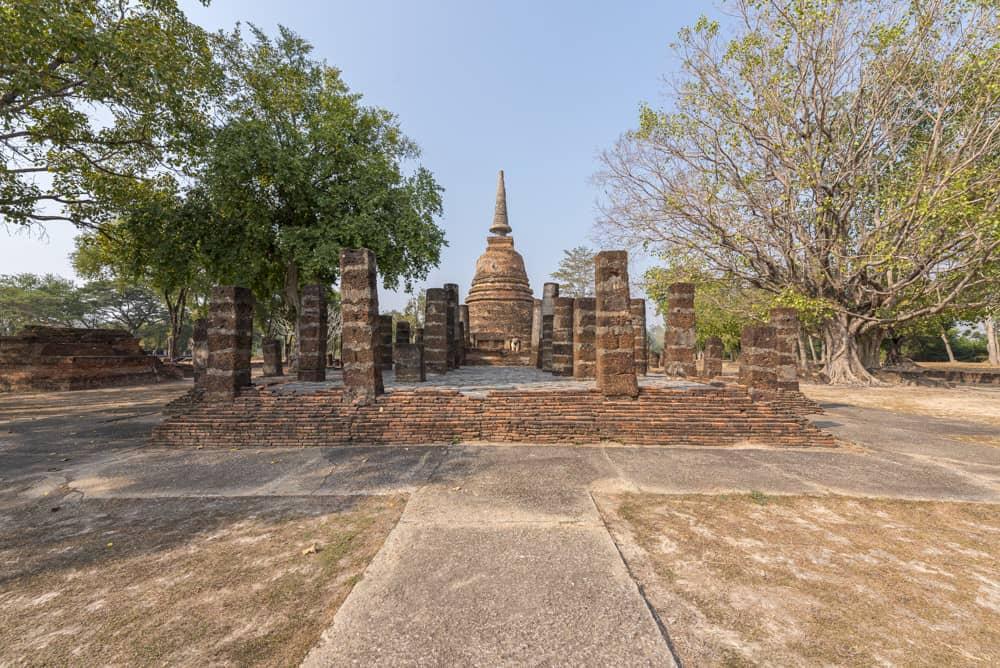 Wat Chang Lom in Sukhothai mit dem Chedi und im Vordergrund der Viharn