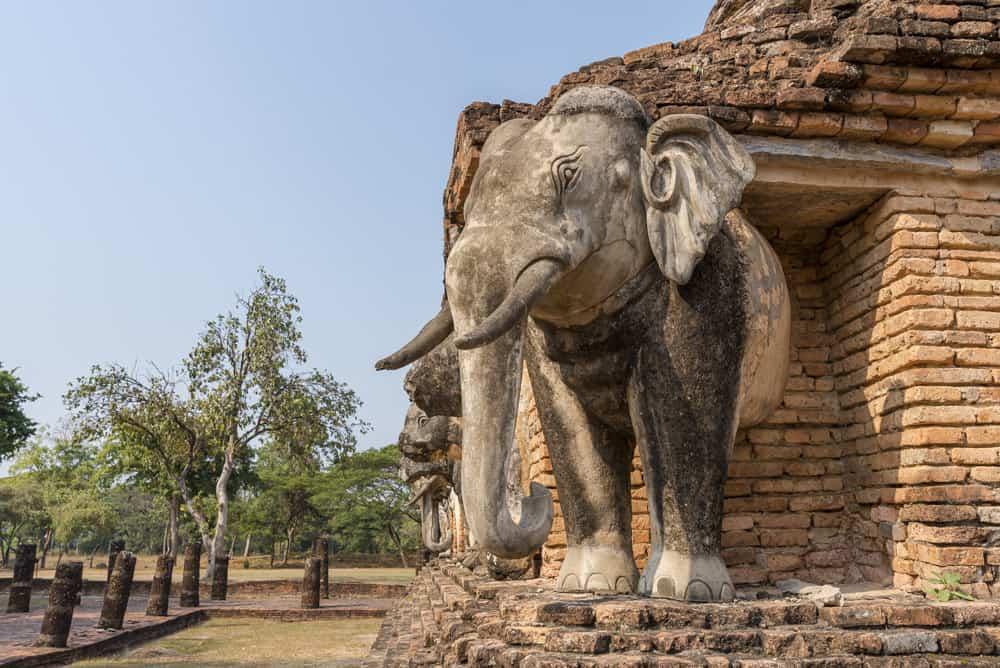 Elefanten Statue auf einer Ecke im Wat Chang Lom in Sukhothai