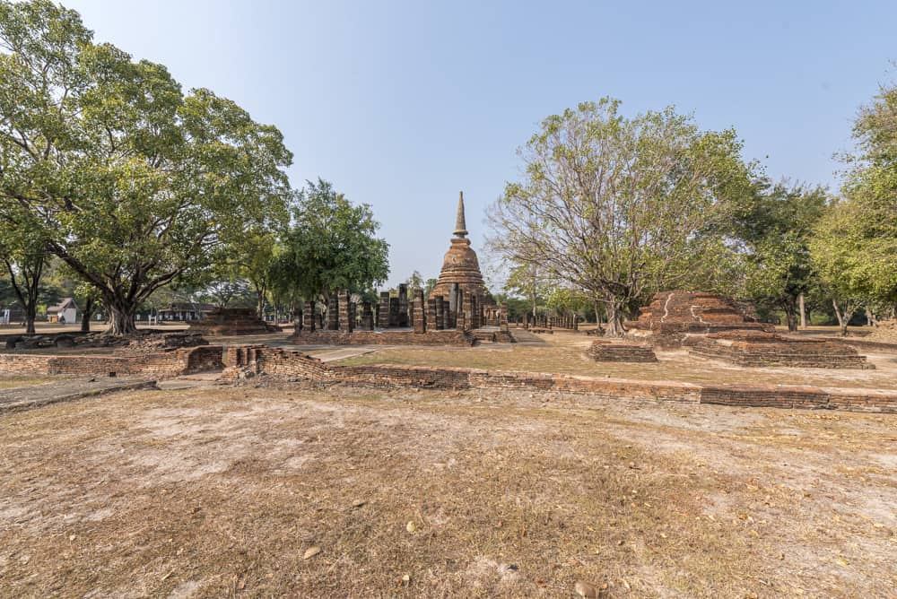 Der Viharn und der Chedi vom Wat Chang Lom im Historischen Park Sukhothai