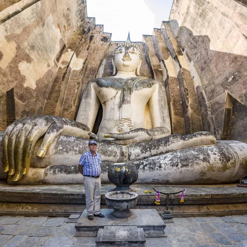 Vergleich des grossen Buddhas mit einem Menschen