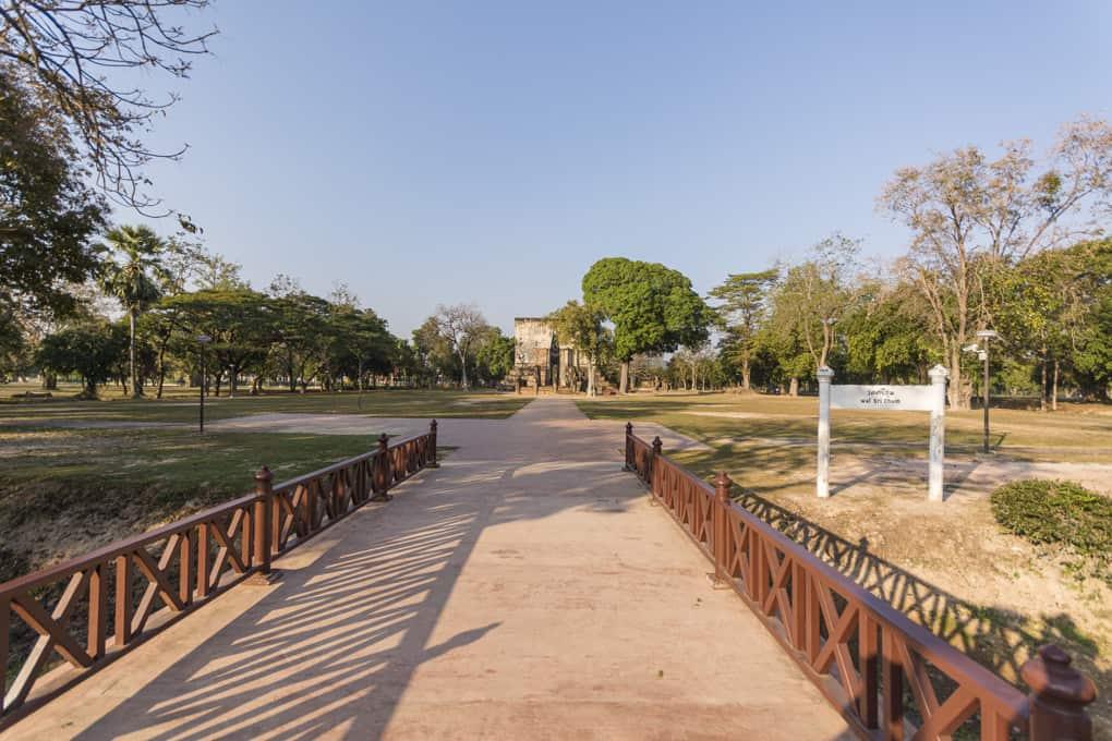 Bruecke und Eingang zum Wat Si Chum