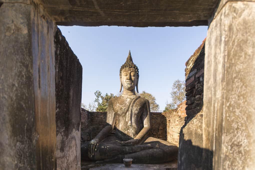 Buddha-Figur in noerdlichen Modop von Wat Si Chum Sukhothai