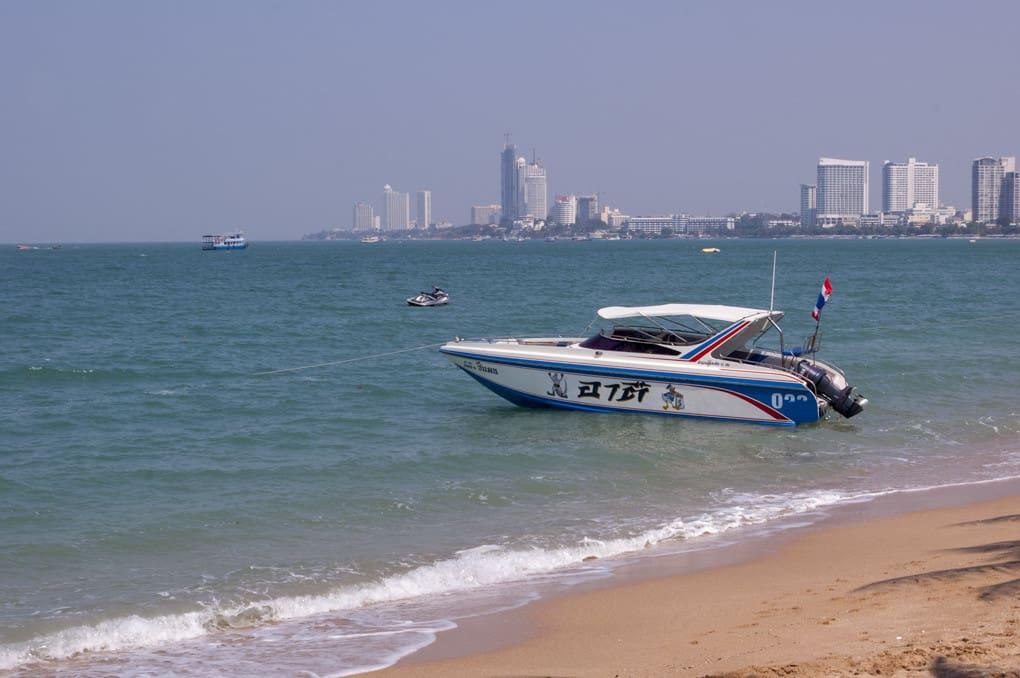 Schnellboot am Strand bei Pattaya