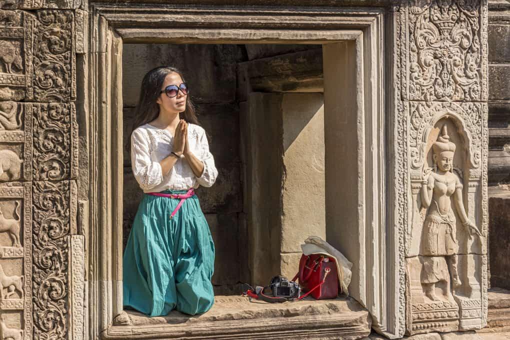 Betende Frau im historischen Tempel