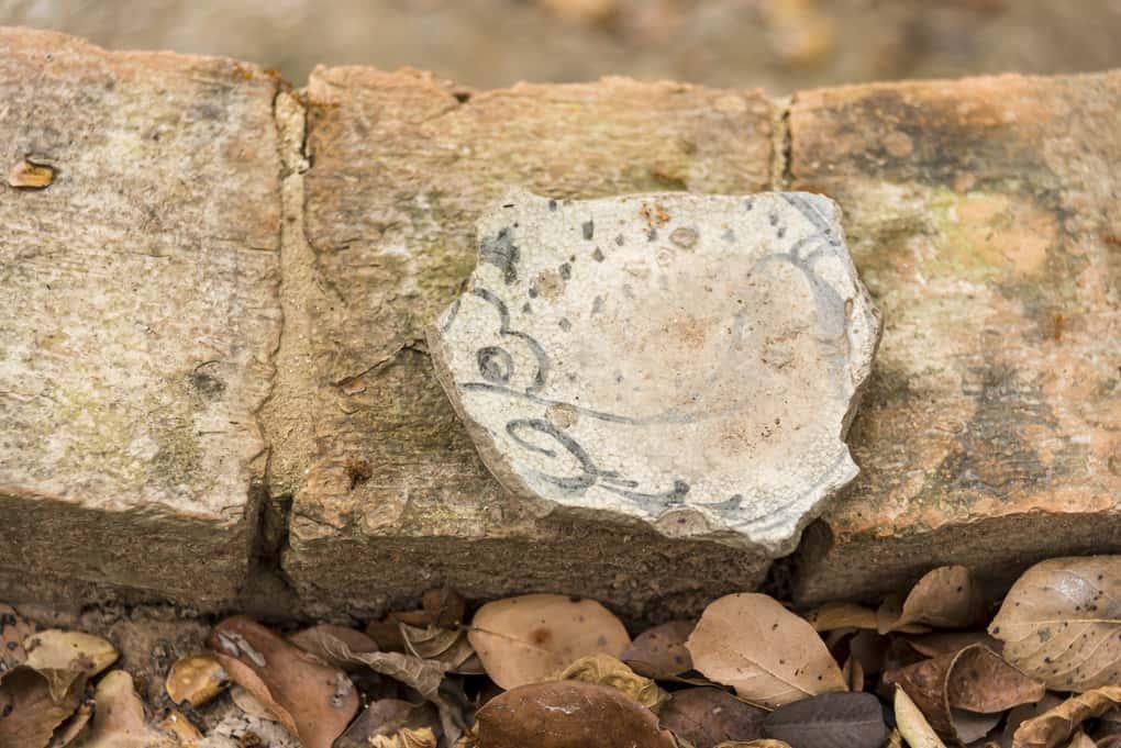 Vorderseite der aufgefundenen Scherbe wor der Reinigung im Historischen Park Sukhothai