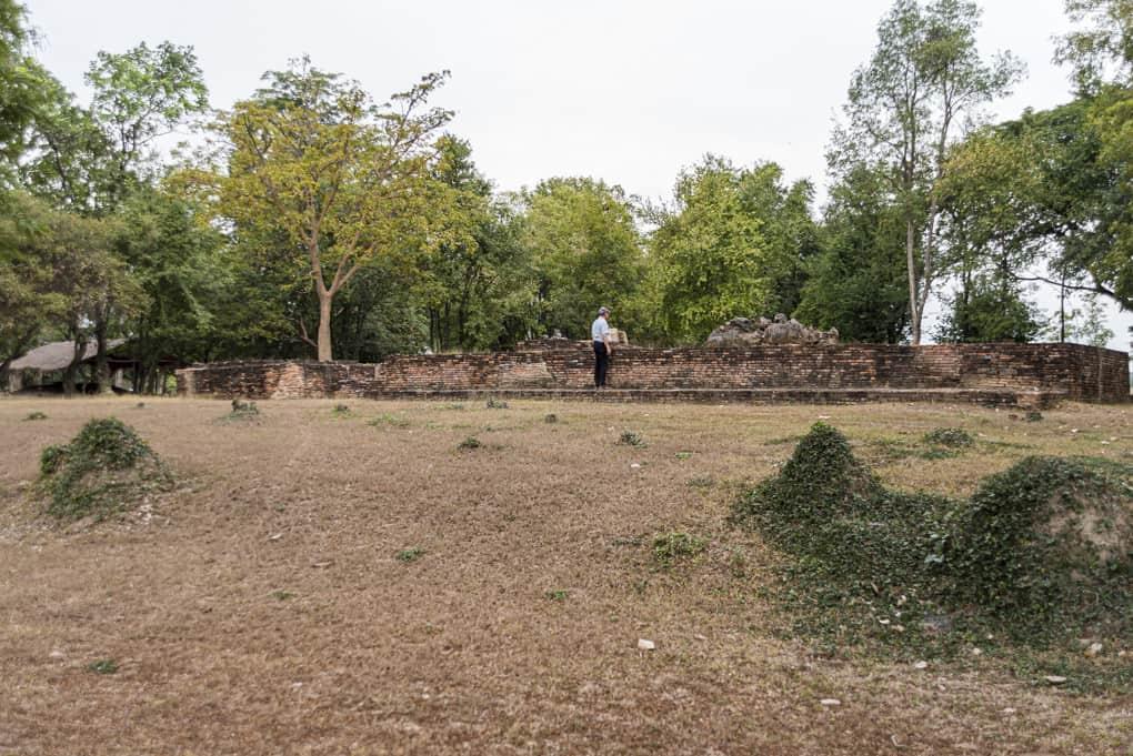 Die Reste des Tempels nahe den Keramikoefen aus der Ramkhamhaeng-Epoche
