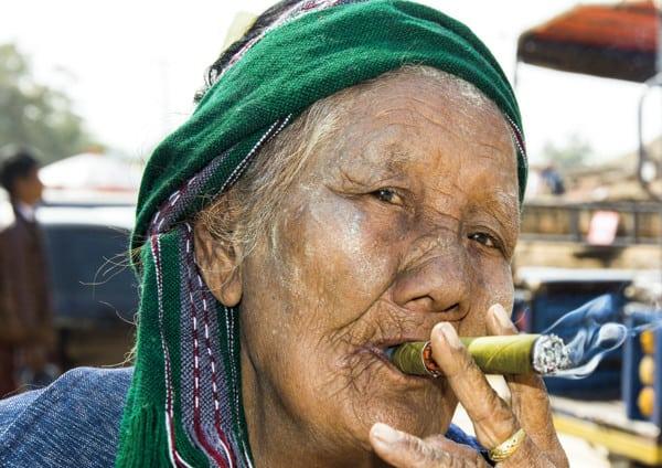 Frau mit Zigarre aus 10 Tipps für bessere Reisefotografie