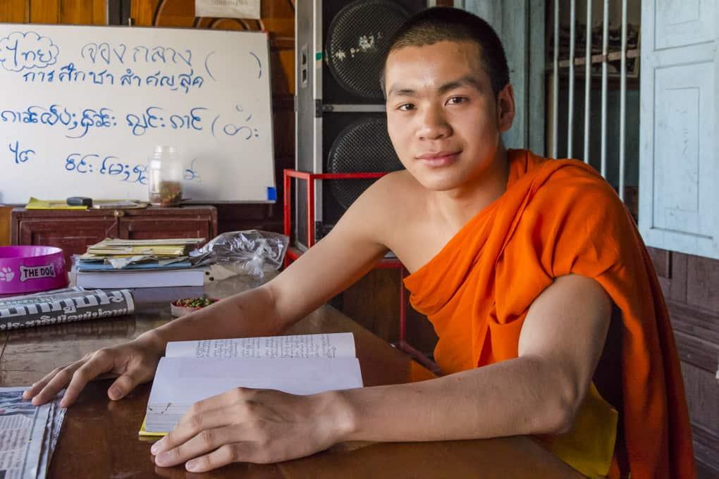 Mönch beim Studium von Buddhas Lehren aus 10 Tipps zur Reisefotografie