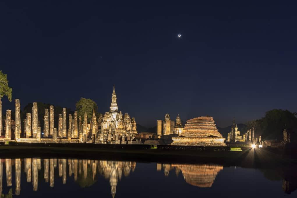 Der historische Park Sukhothai bei NAcht