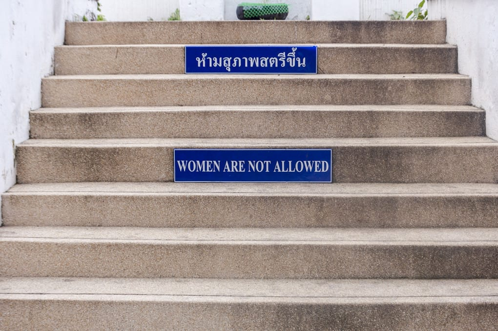 Treppe mit Aufschrift für Frauen Verboten