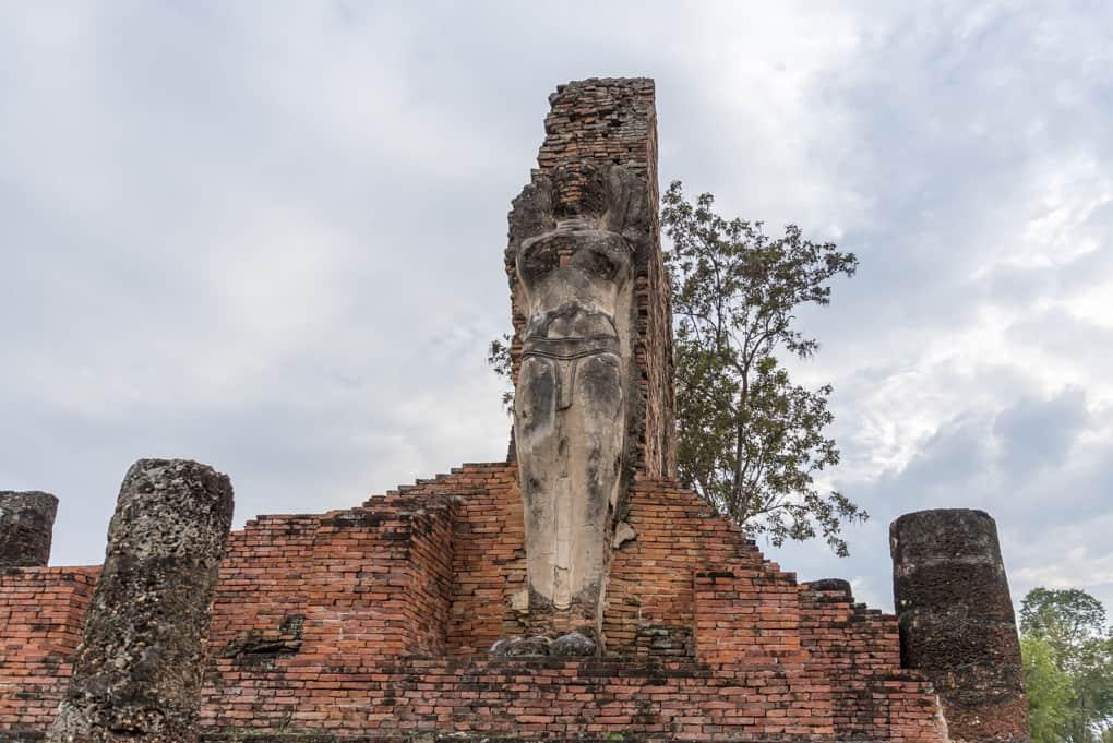 Großer stehender Buddha im Wat Phra Phai Luang in Sukhothai