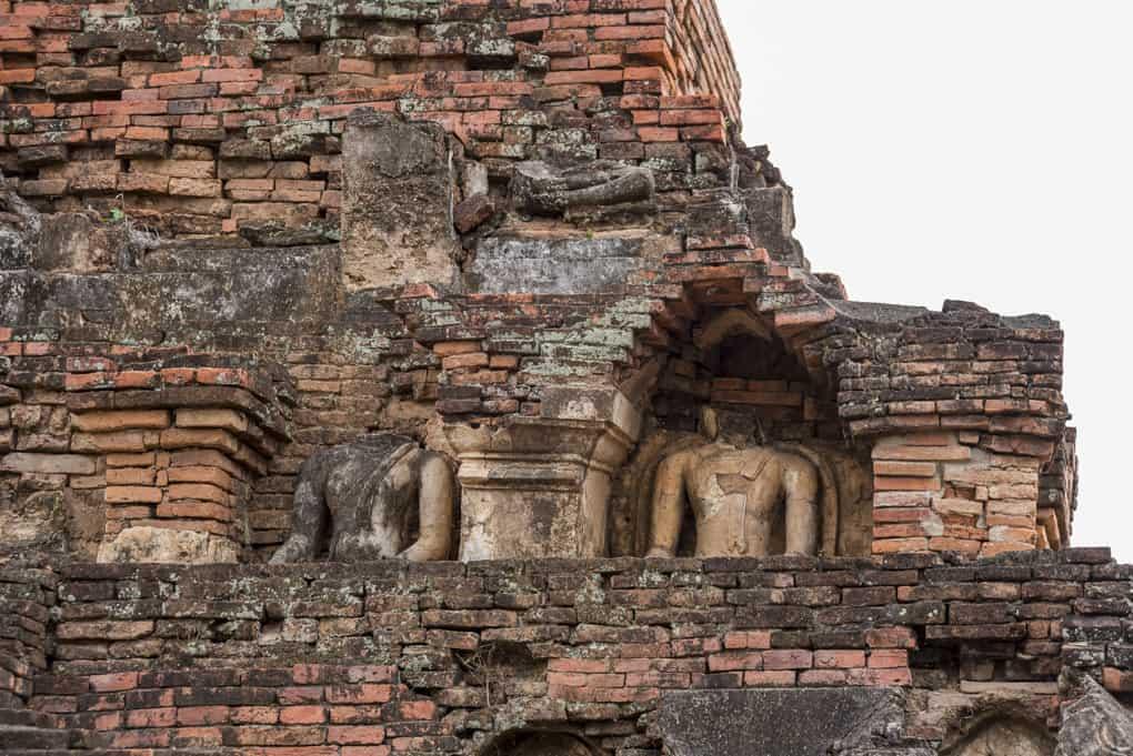 Geköpfte Buddhas im Tempel