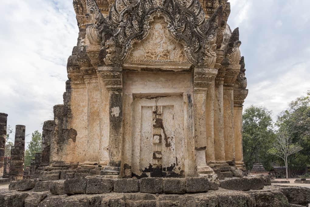 Stuckarbeiten und Scheintür im Prang von Wat Phra Phai Luan