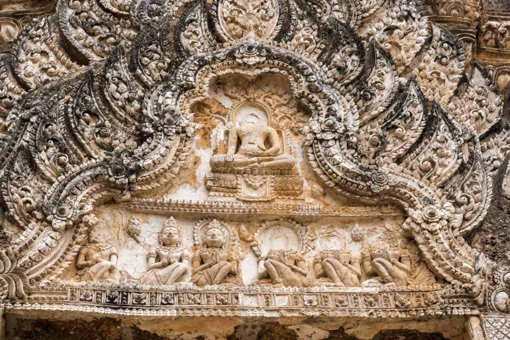 Stuckfries am Prang im Wat Phra Phai Luang im Original erhalten