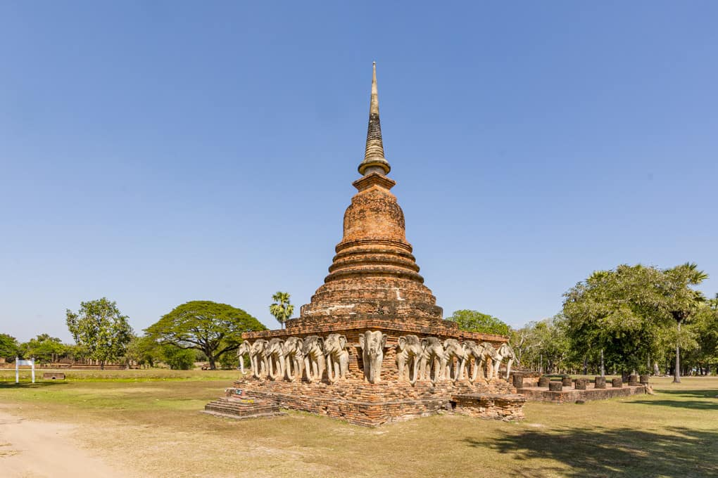Der Chedi und der Viharn vom Wat Sorasak im Historischen Park Sukhothai