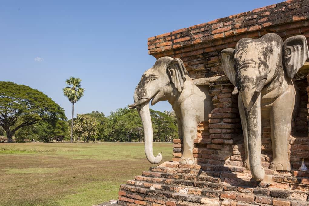Elefanten Statue auf einer Ecke im Wat Sorasak in Sukhothai