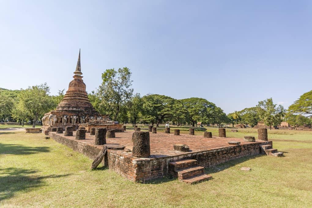 Der Chedi im Wat Sorasak in Sukhothai mit den Resten des Viharn