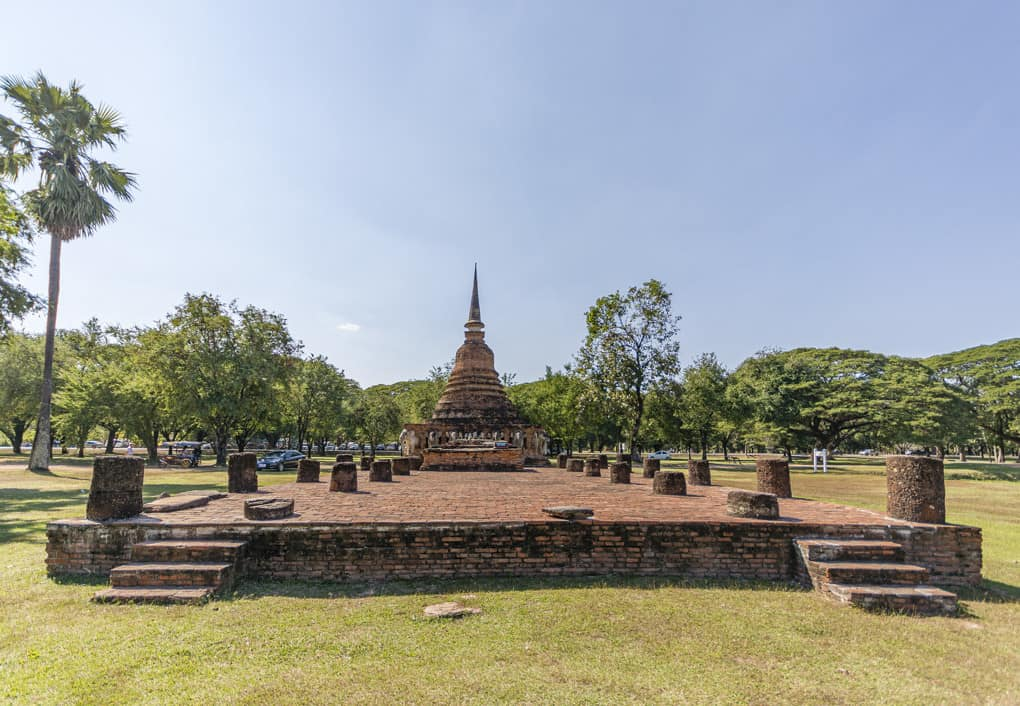 Der Wiharn und der Chedi vom Wat Sorasak im Historischen Park Sukhothai