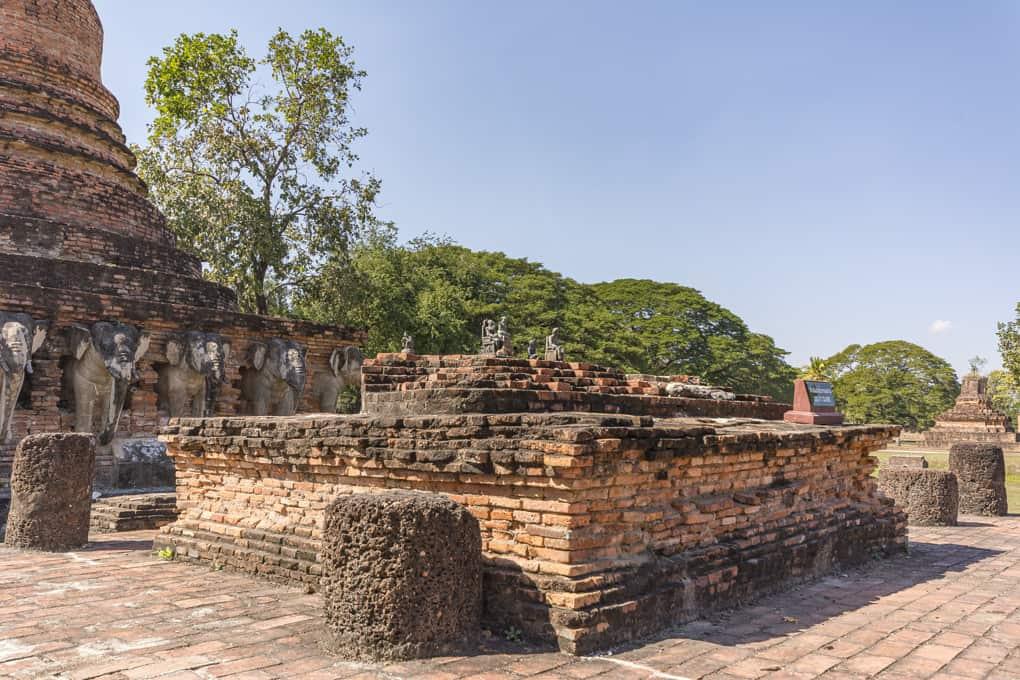 Sockel im Viharn auf dem eine Buddha-Statur im Wat Sorasak stand