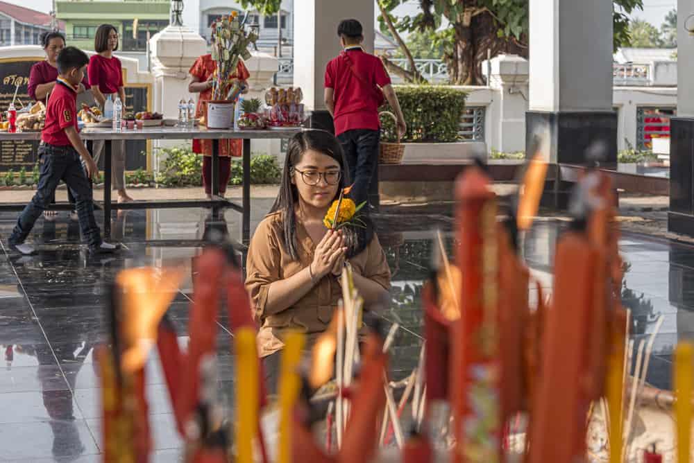 Betende Frau vor dem Phra Mae Ya Shrine in Sukhothai