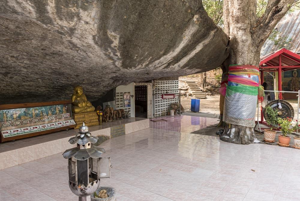 Überhang mit dem Eingang zur Höhle