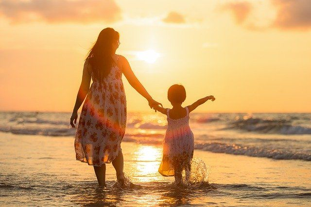 Thailänderin mit Kind im Sonnenuntergang