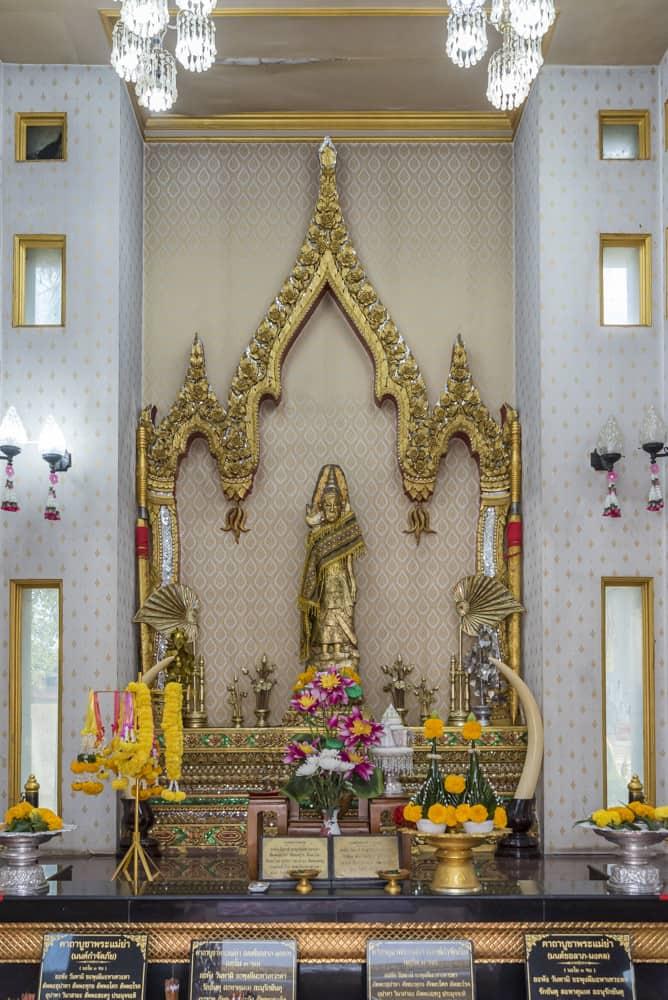 Innenraum des Phra Mae Schrein in Sukhothai