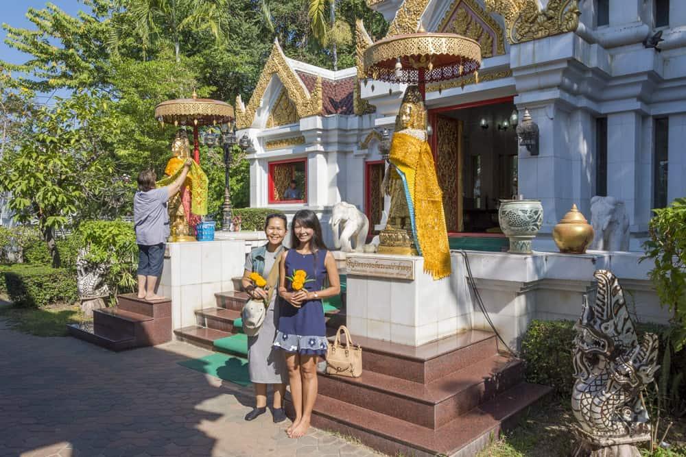 Zwei thailänderinnen vor dem Phra Mae Ya Schrein
