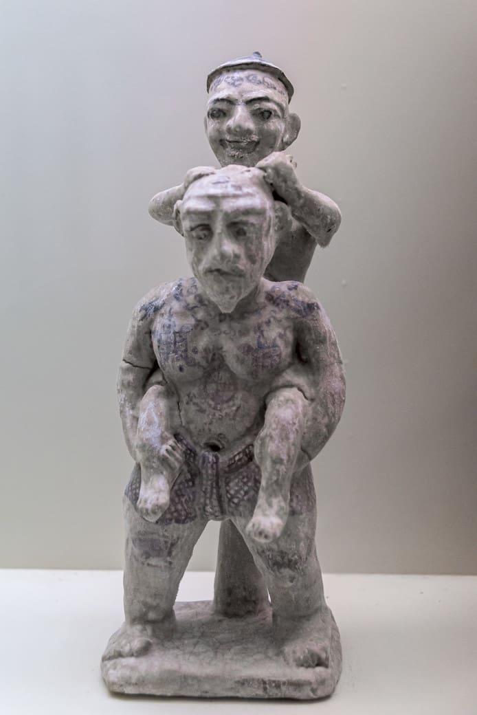 Keramikfigur zweier Männer