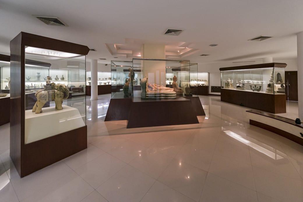 Überblick über das erste Geschoss im Sangkhalok Museum in Sukhothai