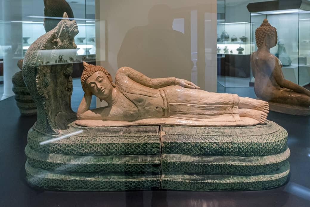 Keramik eines liegenden Buddhas