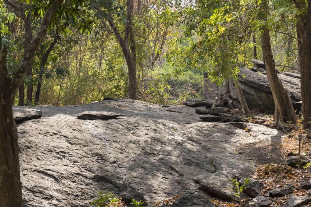 Riesige Steinformationen in dem Waldgebiet vor der Mae Ya cave