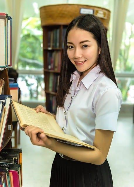 Thailänderin bei studieren der Sprache