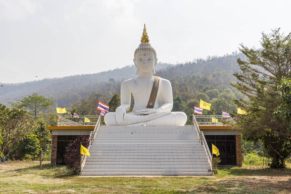 Grosser weißer Buddha im Wat Tham Phra Mae Ya