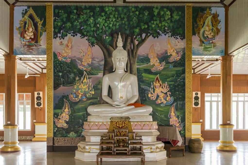 Vollendete Buddha-Statue im neuen Viharn von Wat Krachongkraram