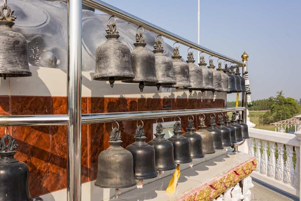 Wat Krachongkaram Glocken am Podest des Rahu