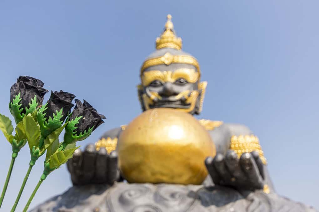 Wat Krachongkaram Schwarze Rosen An Der Figur Des Rahu In Sukhothai Thailand