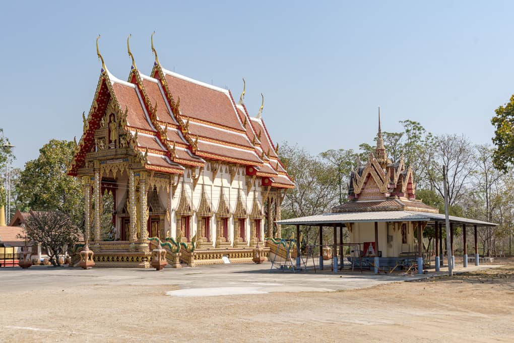 Der Pot des Tempels mit dem daneben liegen Schrein
