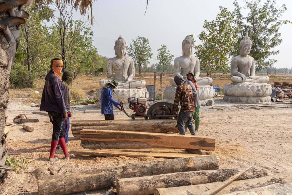 Bauarbeiter mit riesiger Kreissäge am Wat Mai Charoenphol