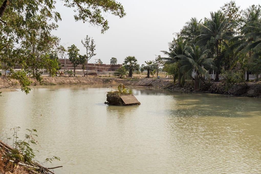 eine Kobra aus Beton Im grossen See des Tempels