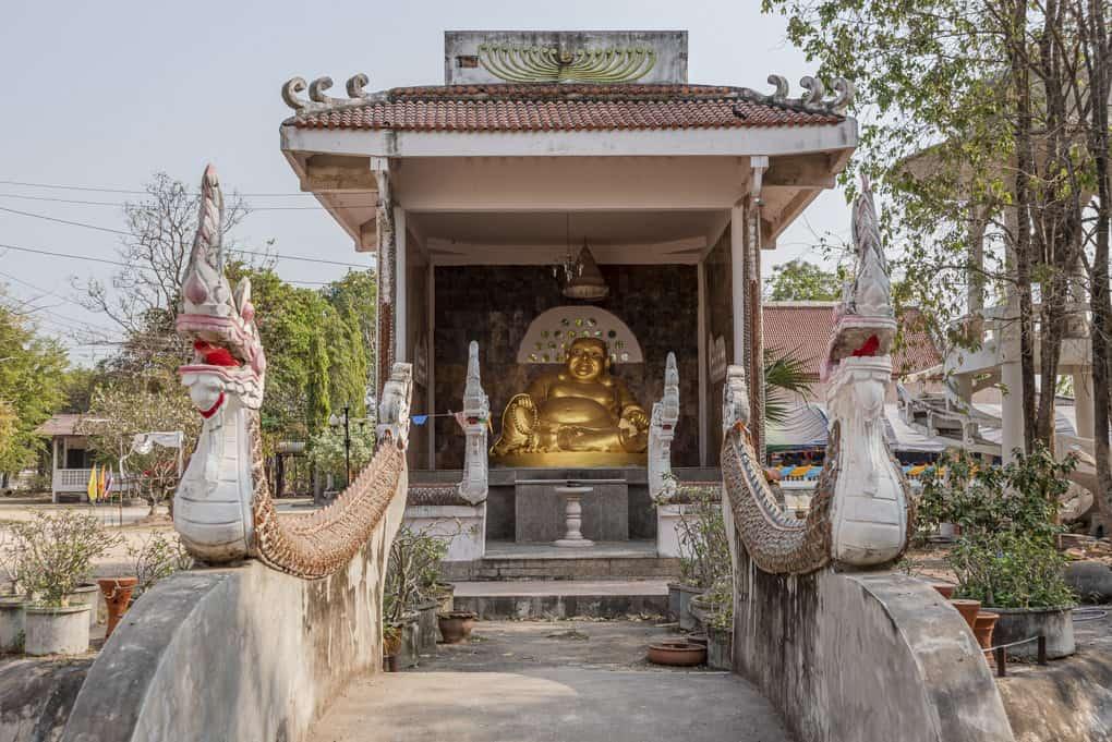 Wat Mai Charoenphol Chinesischer Buddha mit dickem Bauch