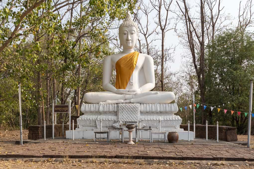 Weißer Buddha auf dem Hügel