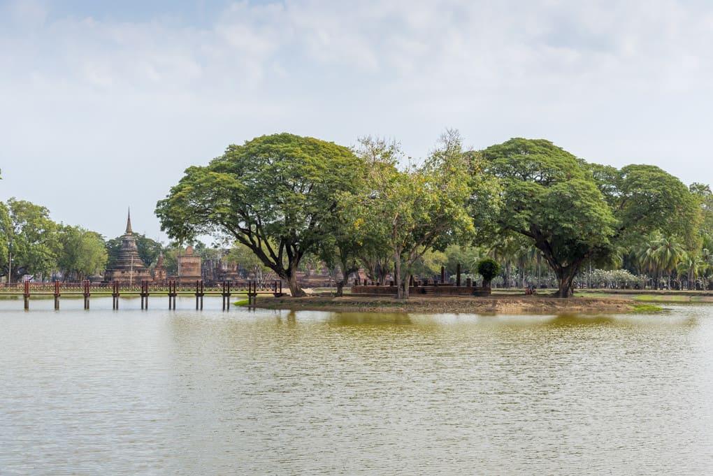 Want Traphang Ngoen - Insel mit Ubosod im Silbersee