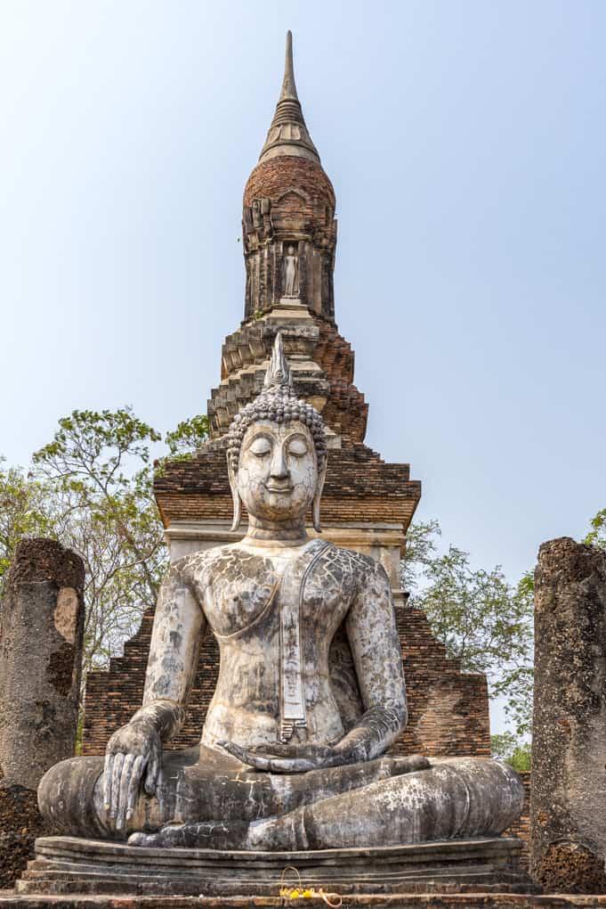 Buddha-Standbild vor dem großem Chedi