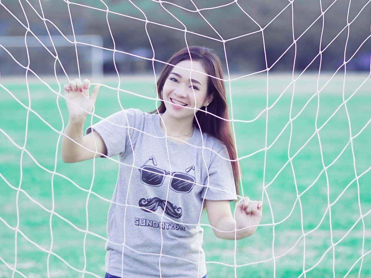 Thailändische weibliche Fußballfans jubeln über die Entscheidung