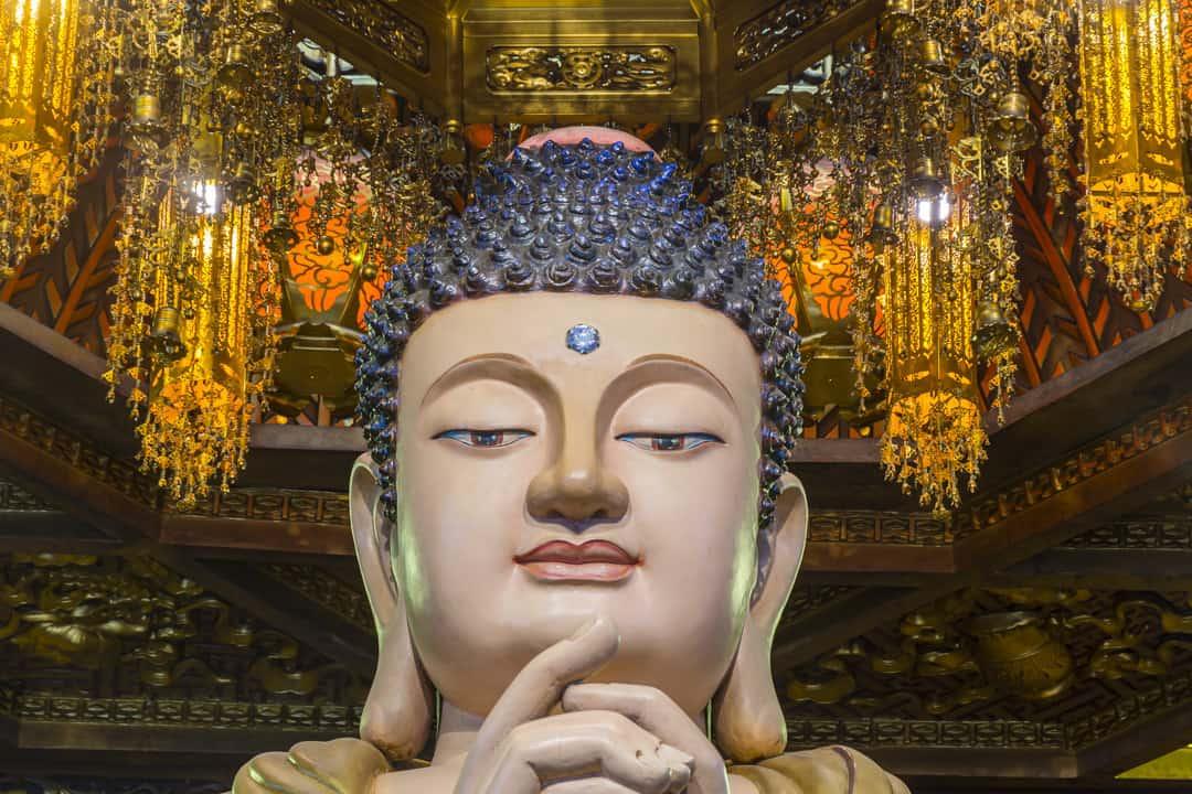 Buddha Darstellung mit Stirnmal und Haarknoten
