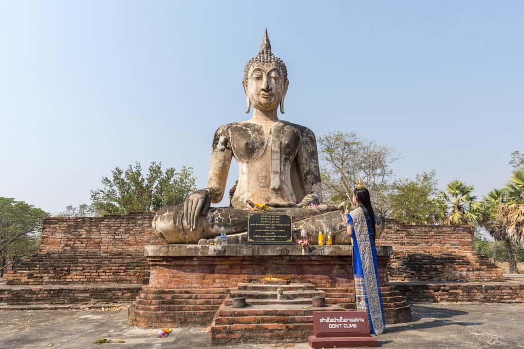Handhaltung Buddhas - die Erleuchtungsgeste (bhumisparsa mudrā)