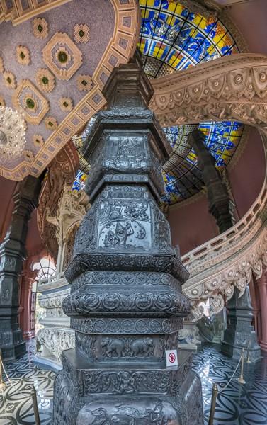 Eine der vier mit Zinn verkleideten Säulen im Erawan Museum Bangkok der Eingangsetage des Elefanten